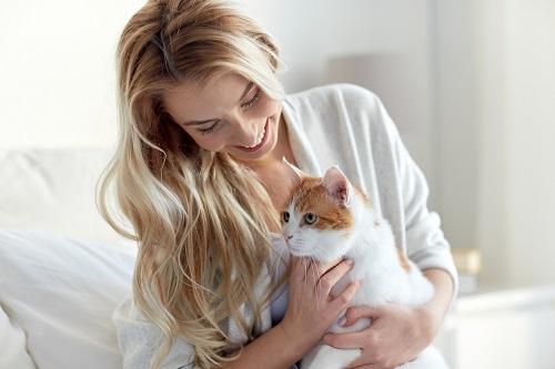 猫を飼う女性