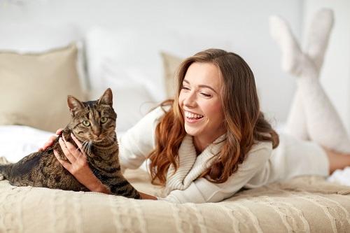 猫をかわいがる女性