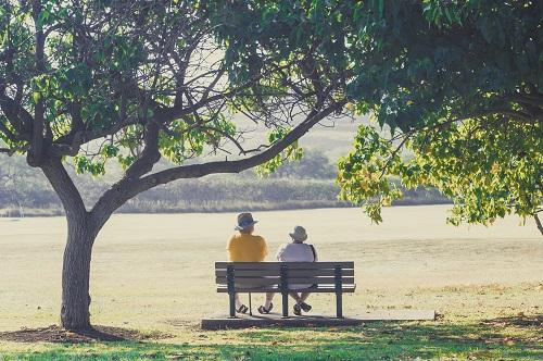 ベンチに座る老人
