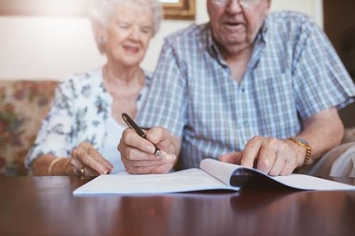 遺言を書く夫婦