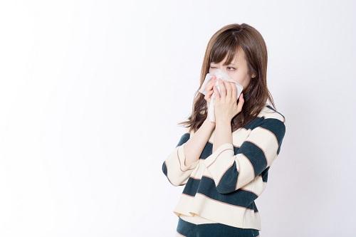 猫荒アレルギーの女性