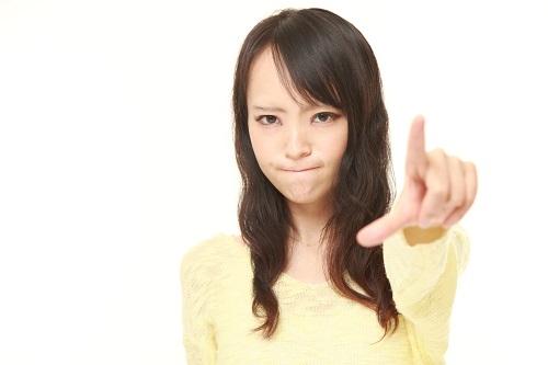 指を刺す女性